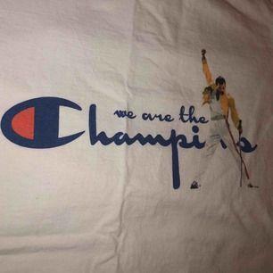 Cool Champion med queen!! Köpt på nätet och säljs för att den inte använd, som ny. Den är fake!