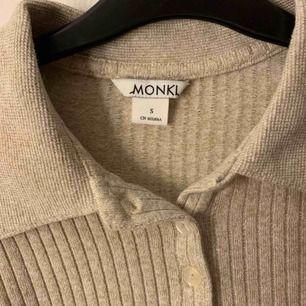 En jättefin tröja som aldrig är använd då det inte är min stil. Kommer från monki!  frakt tillkommer