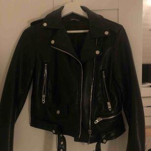 Den perfekta skinnjackan från Zara !!! 🤩😍 Jag är 169 lång och brukar ha S. Den är lite för liten för mig med hoodie eller tjocktröja under därför säljer jag! Inga anmärkningar, som ny!🥰 Pris kan diskuteras! Köpare står för frakt.