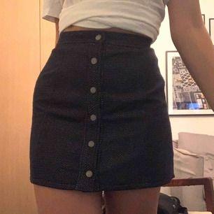 Superfin kjol från Hilfiger denim🌸 Stängs med knappar, ganska liten i midjan så de kan knäppas upp man är för stor! Material: bomull och polyester. Frakt tillkommer 🚚