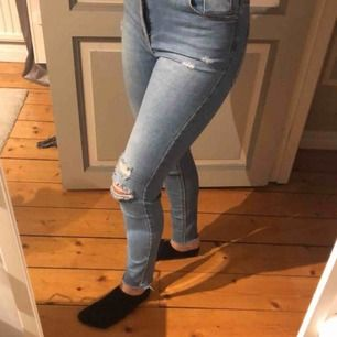 Säljer dessa jeans med slitningar på. Köparen står för frakt💕