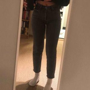 Levi's crop jeans 501. Färg: grå/urtvättad svart. Orginalpris: 1149kr. Lite stretchiga. Köpte för 7 månader sen men har bara använt de några få gånger. Pris kan diskuteras❤️❤️