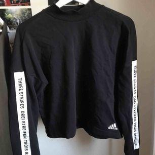 Sweatshirt från adidas, knappt använd men väldigt skön🥰 halvpolo!