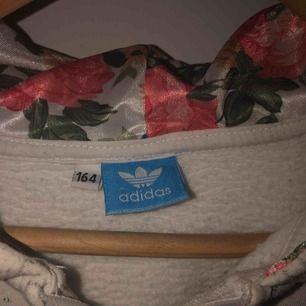 Fake! Adidas hoodie, i bra skicka men saknas snöre