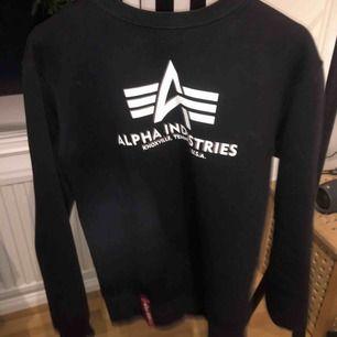 säljer denna alpha industries sweatshirt åt min pojkvän. pris kan diskuteras. möts ej upp och frakt tillkommer