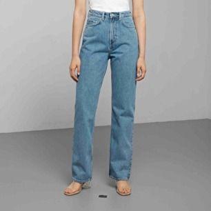 """""""Intressekoll"""" kommer förmodligen sälja mina weekday jeans i modellen Row strl 24W/30L då jag är 1.78 lång och behöver längre jeans, är någon intresserad?💖💖 (slutsålda överrallt)"""