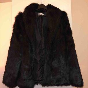 Svart faux fur jacka från Linn Ahlborg x NA-KD i superfint skick. Inköpt 2018 men använd endast 2-3 gånger och säljer pga att den inte är min stil längre. Kan fraktas eller mötas upp. ! Frakten är inräknad i priset.