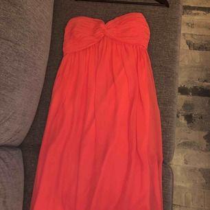 Korallrosa balklänning i chiffong från Nelly Trend inköpt för några år sedan men endast använd 1 gång. Säljer då den bara tar plats i min garderob. I superfint skick! ! Frakt ingår i priset.