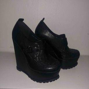 Säljer dessa tiamo skor från scorett i storlek 38. De är använda 1 gån vilket gav de små skrapor på sidorna annars är de som nya!