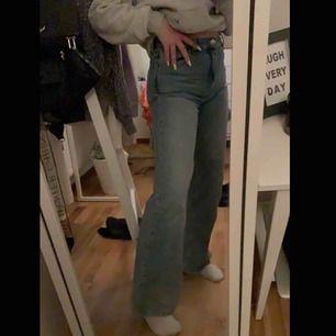 Trendiga yoko jeans ifrån monki, är 164cm lång. Skriv privat vid intresse eller frågor ✌🏼✌🏼