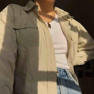 Säljer en snygg skjorta från the oregon trail. Den är i storlek 40, men passar S-M som en oversized skjorta. Köparen står för frakt
