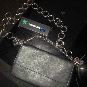 En väska (ej från Zadig) + detaljer från Zadig🥰 dem funkar bra att sätta på väskan! Går även bra att bara köpa ena eller det andra!