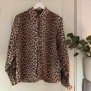 Så fin skjorta i silke/silke-liknande material. Storleken uppskattas till M. Köpt på en second hand i Köpenhamn. Jättefint skick och superskönt material!