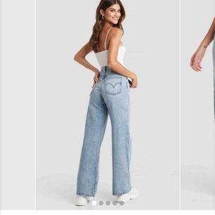 Skitsnygga Ribcage Wide leg jeans från Levis, W24 L32. Tyvärr alldeles för tajta för mig i midjan men längden är prefekt ( är 173cm ). Väldigt tråkigt att behöva sälja dom då det är super fina jeans🥺 Nypris- runt 1000kr, så gott som i nyskick💞