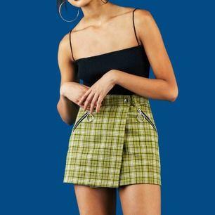 Superfin kjol från UNIF som jag ÄLSKAR men som tyvärr är för liten för mig :( Kostar ca 800 ny + frakt och tull till Sverige. Möts upp i gbg eller skickar mot fraktkostnad!