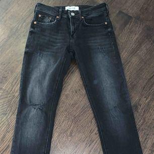 Grå svarta jeans från zara med slitningar ner till och några på byxorna (som ni ser på bilden). Använda 1-2 ggr