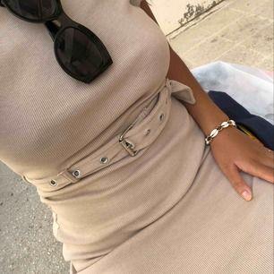 Stretchig klänning i nuderosa, använt ett fåtal gånger så i mkt bra skick! Frakt tillkommer