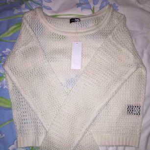 Superfin stickad tröja från JC i storlek S. Tröjan är kort i modellen och har små hål i sig, fint med linne under. Frakten är gratis, så passa på :)