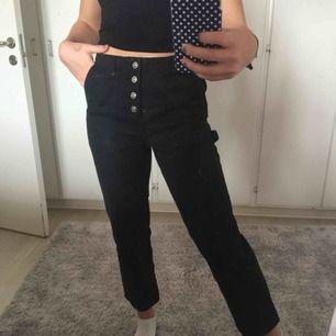 """Snygga svarta jeans från det spanska märket """"lefties"""". Passar mig som är 1,65 cm. Köpta för 300kr i höstas!"""
