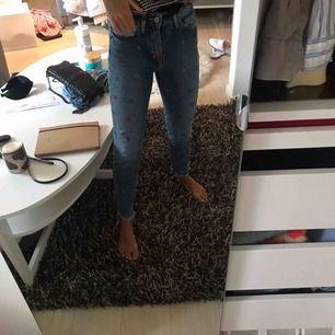 Detta jeansen är ifrån hm och aldrig använda, säljer pga att dom är för korta. det ska va en mom jeans modell