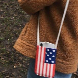 En mobilväska med amerikanska flaggan på och som inte används. Frakt 11kr