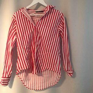Röd lite större skjorta ifrån zara ä, en röd och fin färg.