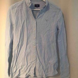 Blå randig skjorta ifrån gant, mjuk i materialet