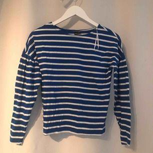 Vanlig blå och vit randig tröja, ärmen är lite kortare och piffig på, ganska tunn i materialet