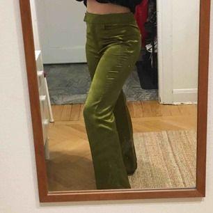 SHINY gröna byxor från H&Ms Premium Quality kollektion. HELT OANVÄNDA. Köpta för 999kr. SÅ snygg passform, höga i midjan och vida. Sköna!