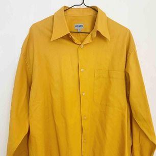 Kenzo skjorta i senapsgul färg. 100% bomull. Passar en M/L