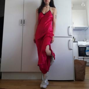 Röd vintage långklänning/nattlinne med hög slits i sidan från Lindex i stl 34/36. Snygg till chunky sneakers typ Nike Huarache som jag har på bilden och choker. Frakt 42 kr.