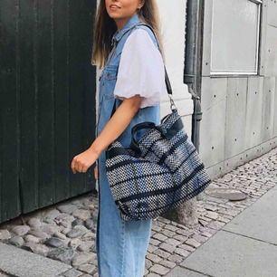 Ny flätad Hvisk väska som är använd 2 gånger, frakt är betald. Nypris 859kr!
