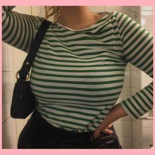 Superfin och skön grön vit randig tröja från Cos som passar till det mesta 💖🦋 Frakt tillkommer