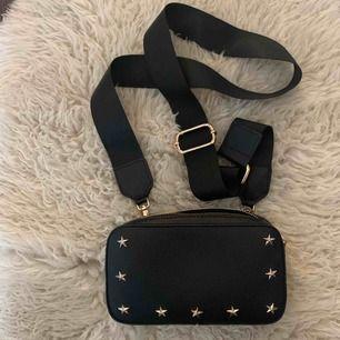 Jag säljer denna super snygga väska, passar till allt!! Har endast använt den 1-2 gånger! (Den är ganska liten) väldigt praktisk! Köpte den för 300kr och säljer den för endast 100kr❤️❤️