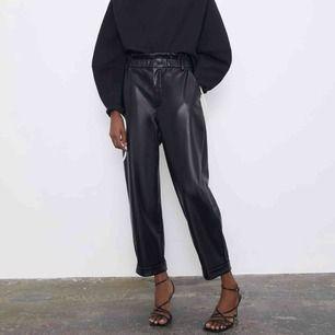 Säljer dessa skinnbyxor från Zara eftersom dem inte kommer till användning. Köparen står för frakten💛 (53kr)