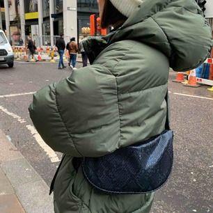 Väska från becksöndergaard som är använd 2 gånger Max. Går att justera axelbandet till den längd man vill ha väskan! Frakt 63kr