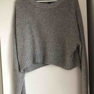mysig, stickad tröja. crop top för dem med L, jag som har S/XS är den mer som en vanlig oversized stickad. knappt använd!