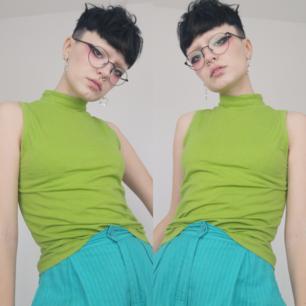 Äldre modell h&m linne med halvpolokrage. Står stl 38/40 men är mindre än så enligt mig. Passar som en xs-s tycker jag. Färgen är lite mindre grön i verkligheten, lite mindre färggrann. Frakten för denna ligger på 44 kr, samfraktar gärna! 😊