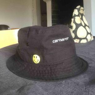 Jag säljer min bucket hat pga tycker den passar dåligt, lite för stor, men jag har ganska litet huvud.  Köpt i våras i Paris för 600 spänn, använd få ggr. :))