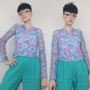 Superfin långärmad tröja köpt secondhand, står storlek m/l men tycker den passar som en xs. Superfin och unik! Frakten för denna ligger på 22 kr, samfraktar gärna! 😊