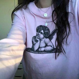 rosa långärmad tröja från carlings i mycket fint skick! har en ängel i fram och änglavingar på ärmarna, inget tryck i ryggen! 💕