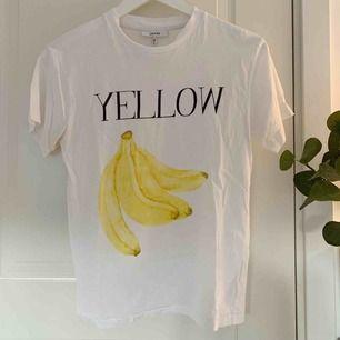 Skit snygg T-shirt från Ganni. Har ett litet hål och säljer därför billigt! 🍌Fraktar endast