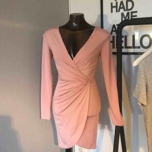 """Säljer en jättefin """"baby"""" rosa klänning som endast är använd 1 gång.  Storlek XS  💕💕"""
