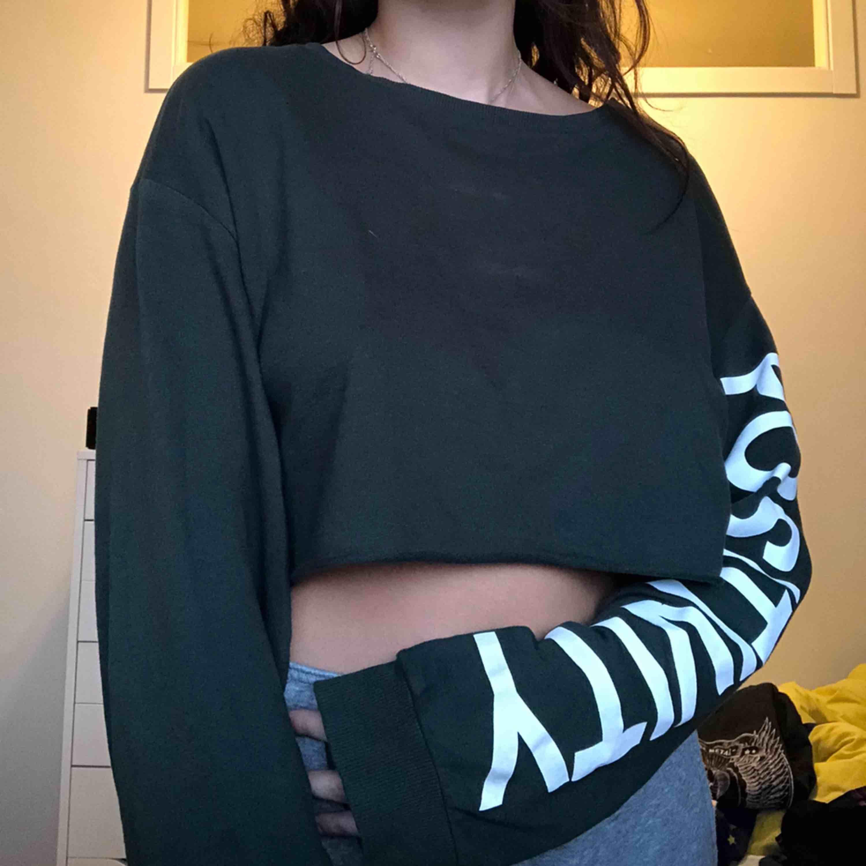 grön lång ärmad croppad top, det står POSITIVITY på vänstra ärmen. bra skick och skönt material! :). Skjortor.