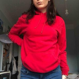 Röd hoodie från hm fint skick skönt material jag på bild har M