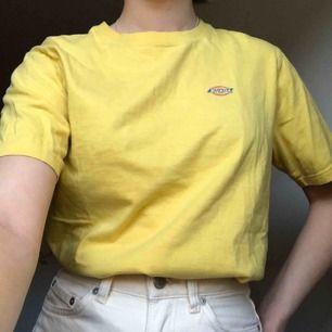 gul t-shirt från dickies! frakt 46kr