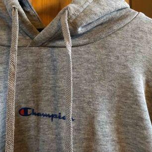 Säljer min mysiga hoodie från champion då den tyvärr inte kommer till användning tillräckligt ofta :( Jättefint skick!