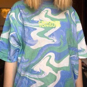Säljer en mönstrad oversized tröja från märket crooked tounges. Storleken är S men sitter mer som en M/L 🐆