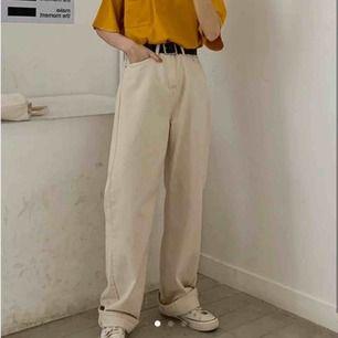Säljer dessa oanvända byxor! Ganska små i storleken, skulle säga 26/27 ! 🥰 möts upp i stockholm eller fraktar!