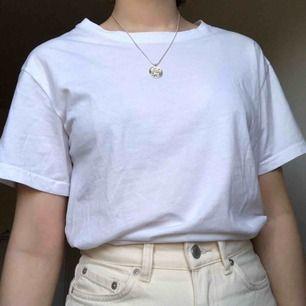 vit tshirt från weekday, frakt 46kr
